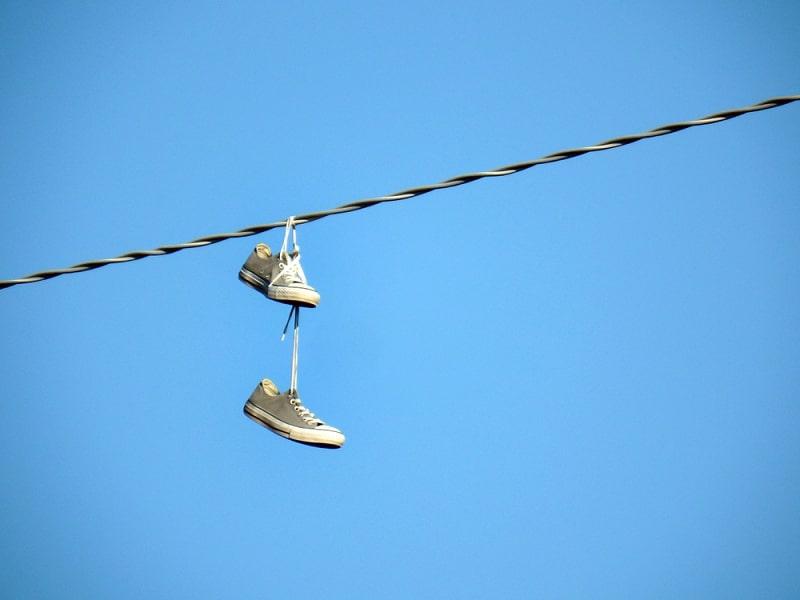 ông lão vứt bỏ đôi giày